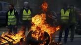 Gerakan ini dimulai di media sosial bulan lalu dengan seruan memblokade jalan raya akibat kebijakan Presiden Prancis Emmanuel Macron. (REUTERS/Stephane Mahe)
