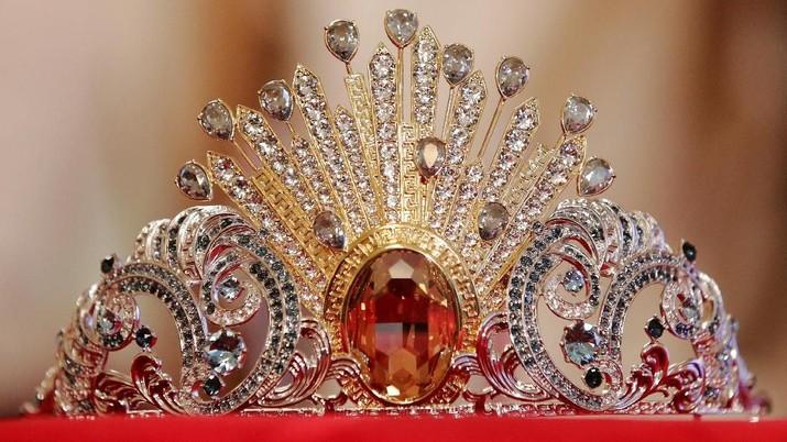 Kilau Mahkota 380 Kristal Milik Donatella Versace