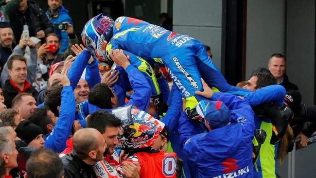 Alex Rins berselebrasi dengan tim dari Suzuki. MotoGP Valencia merupakan podium kelima bagi Rins di musim ini. Total pebalap asal Spanyol itu menempati posisi kelima klasemen pebalap dengan 169 poin. (REUTERS/Heino Kalis)