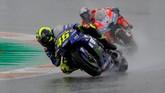 SayangnyaValentino Rossi gagal mempertahankan posisi kedua lantaran terjatuh di tikungan 13 saat balapan menyisakan empat putaran lagi. Rossi bisa melanjutkan balapan tetapi finis di urutan ke-13. (REUTERS/Heino Kalis)