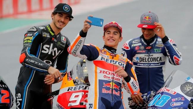 Di MotoGP Valencia Marc Marquez (tengah) gagal melanjutkan balapan usai keluar lintasan dan terjatuh di lap ketujuh. Marquez dikukuhkan menjadi juara dunia MotoGP musim ini di seri MotoGP Jepang. (REUTERS/Heino Kalis)