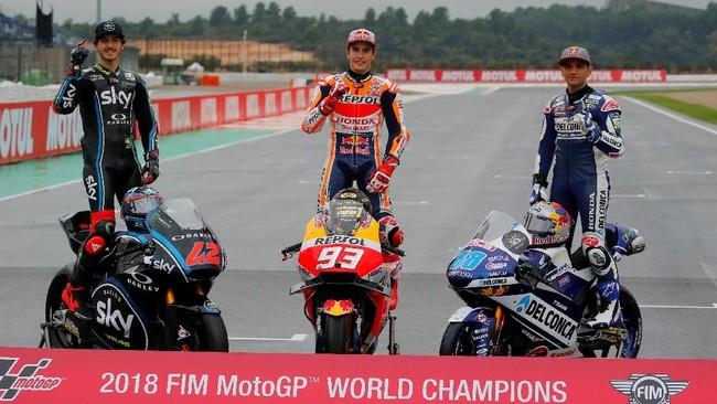 Juara dunia dari berbagai kelas:Francesco Bagnaia dari SKY Racing Team VR46(Moto2), Marc Marquez dari Repsol Honda (MotoGP), danJorge Martin dan Del Conca Gresini (Moto3) berfoto di MotoGP Valencia. (REUTERS/Heino Kalis)