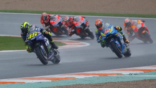 Pebalap senior dari timMovistar Yamaha Valentino Rossi tampil impresif di MotoGP Valencia. Memulai start dari posisi ke-16 Rossi bisa berada di peringkat kedua di lap ke-14 sebelum dikeluarkannya bendera merah yang menunda balapan. (REUTERS/Heino Kalis)