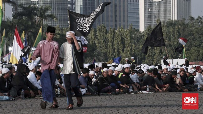Setelah digunakan untuk penyelenggaraan peringatan Maulid Nabi Muhammad SAW 1440 Hijriah, Monas sendiri langsung disterilkan. Petugas kebersihan terpantau langsung menyisir kawasan untuk membersihkan kawasan Monas. (CNN Indonesia/Andry Novelino)