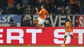 Timnas Belanda kemudian memastikan hasil imbang pada menit ke-90 melalui gol tendangan voli kapten tim Virgil van Dijk. (REUTERS/Leon Kuegeler)