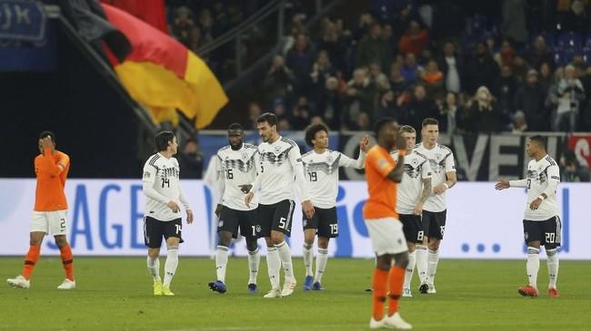 Keunggulan Jerman bertambah menjadi 2-0 pada menit ke-20 ketika tendangan kaki kiri Leroy Sane yang tidak mampu dihentikan kiper Jasper Cillessen. (REUTERS/Leon Kuegeler)