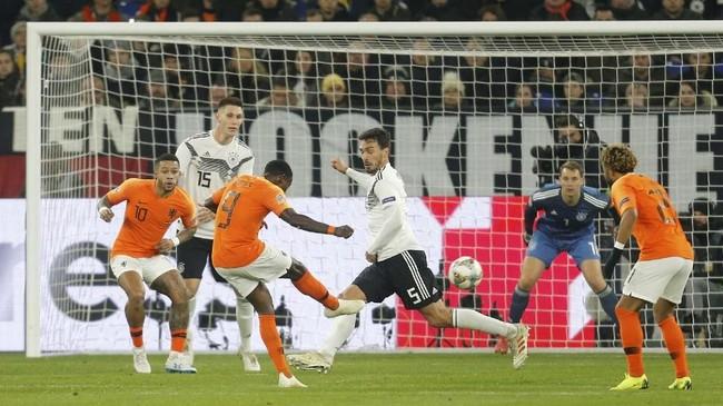 Timnas Belanda baru mampu memperkecil kedudukan menjadi 1-2 pada menit ke-85 melalui gol Quincy Promes. (REUTERS/Leon Kuegeler)