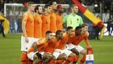 Timnas Belanda berpose sebelum pertandingan melawan Jerman. Belanda tinggal butuh hasil imbang melawan Jerman untuk lolos ke putaran final UEFA Nations League 2019. (REUTERS/Leon Kuegeler)