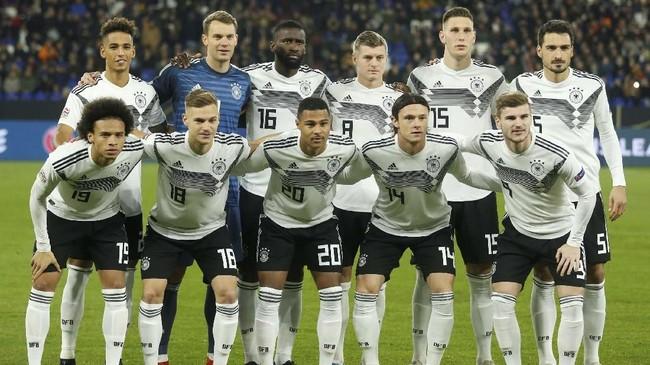 Timnas Jerman yang sudah dipastikan degradasi ke Liga B UEFA Nations League menjamu timnas Belanda pada laga terakhir Grup 1 Liga A di Veltins Arena, Gelsenkirchen, Senin (19/11). (REUTERS/Leon Kuegeler)