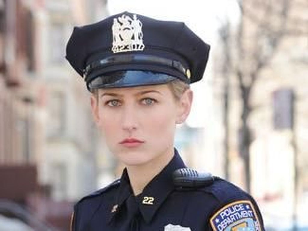 Gaya 7 Selebriti Seksi Pakai Seragam Ala Polisi