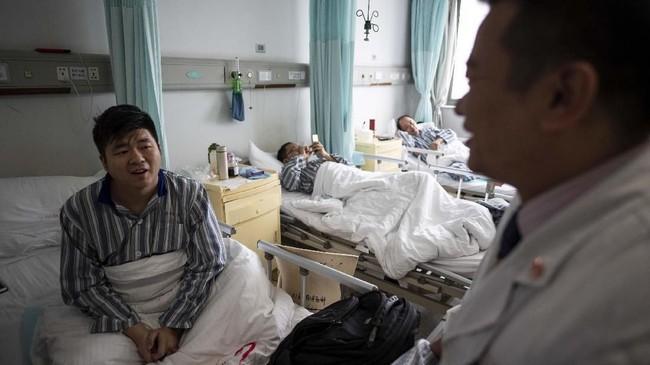 Lin Hongguo, pensiunan berusia 76 tahun, membeli obat herbal untuk mengobati jantungnya yang berdetak lambat.