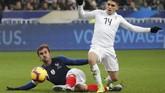 Griezmann berkontribusi hadiah penalti yang didapatkan Prancis pada menit ke-51 setelah tendangan kaki kirinya di dalam kotak penalti mengenai tangan Bruno Mendes. Ia memakai sepatu dengan bendera Prancis di kiri dan Uruguay di kanan. (REUTERS/Charles Platiau