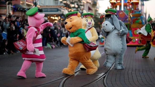 Beragam tokoh andalan seperti Winnie the Pooh dan rekan-rekannya, terlihat berseliweran di tempat ini.