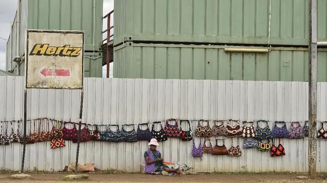 Tingkat pengangguran yang tinggi mendorong maraknya aksi kejahatan dan kekerasan antargeng. (Photo by PETER PARKS / AFP)