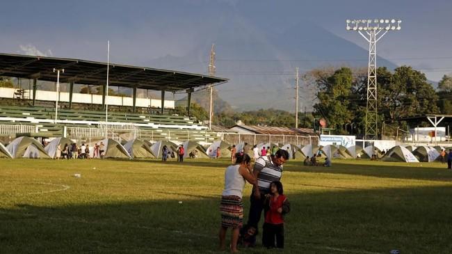 Sekitar 4 ribu warga kini bertahan di pengungsian menunggu aktivitas Gunung Fuego mereda. (REUTERS/Luis Echeverria)