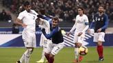 Griezmann dan Bruno Mendez terlibat duel sengit perebutan bola. Meski respek dengan Uruguay, Griezmann berusaha menunjukkan permainan sengit lawan La Celeste. (REUTERS/Benoit Tessier)