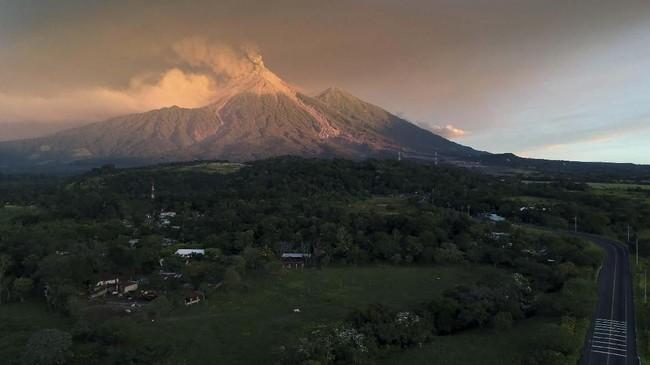 Letusan Gunung Fuego menyebabkan awan panas yang mengancam keselamatan warga yang bermukim di sekitarnya. (Photo by CARLOS ALONZO / AFP)