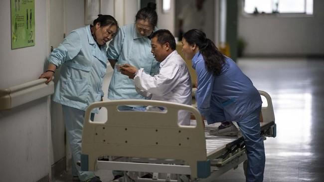 Obat tradisional mendapatkan subsidi di China. Hal itu jelas membuat harganya lebih murah ketimbang obat-obatan modern. (Photo by Johannes EISELE/AFP)