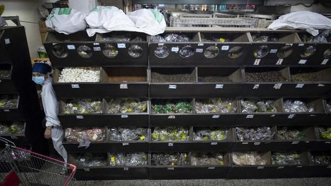 Obat tradisional masih mengakar di China. Warga masih memperhitungkan penggunaan obat tradisional meski akses terhadap produk farmasi modern cukup terjangkau di China. (Photo by Johannes EISELE/AFP)