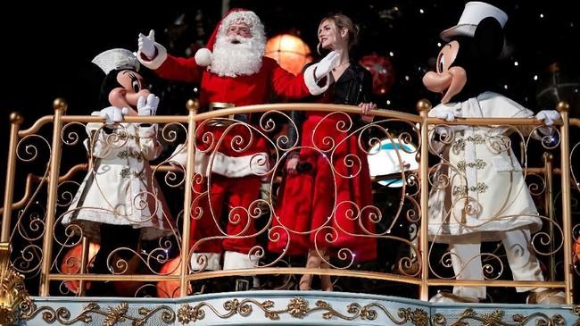 Sinterklas pun terlihat gembira bisa berada di antara gerombolan tokoh kartun Disney.