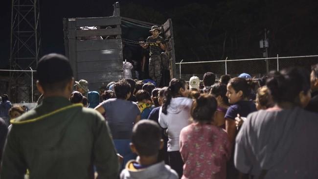 Ribuan warga di sekitar kaki Gunung Fuego mengungsi ke tempat yang lebih aman. (Photo by JOHAN ORDONEZ / AFP)
