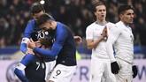 Olivier Giroud berterima kasih kepada Antoine Griezmann yang membuat Prancis mendapat hadiah penalti ke gawang Uruguay. Giroud sukses mengeksekusi penalti pada menit ke-52. (Photo by FRANCK FIFE / AFP)
