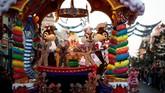 Parade ini tentu akan membuat siapaun, khususnya anak-anak, terpana melihat tokoh kartun idolanya.