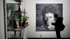 FOTO: 'Menonton' Raja Pop Michael Jackson di Dinding Pameran