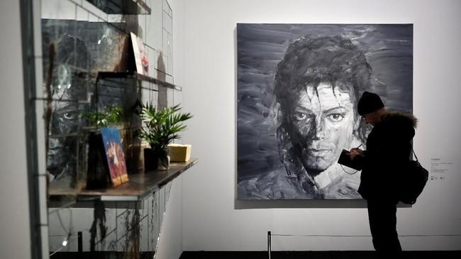 Sebuah karya lain dari Yan Pei-Ming dengan latar berwarna hitam-putih bergambar wajah sang Raja Pop, Michael Jackson, dalam ukuran besar dipajang di Grand Palais, Paris, Prancis. (REUTERS/Benoit Tessier)