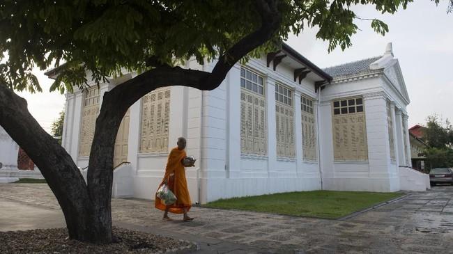 Kegiatan di pagi hari itu merupakan bagian dari aturan hidup baru yang bertujuan untuk menurunkan berat badan dan meningkatkan kesehatan para biksu Thailand. (Photo by Romeo GACAD/AFP)