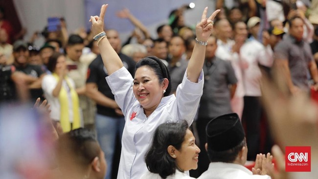 Relawan sempat riuh berteriak dan bertepuk tangan saat Titiek yang juga mantan istri Prabowo hendak membaca ikrar janji setia untuk Prabowo-Sandi. (CNN Indonesia/Adhi Wicaksono)