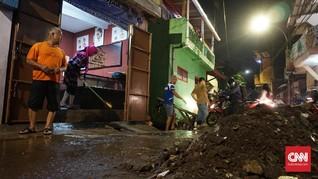 Banjir Mulai Surut, Warga Bandung Bersihkan Rumah