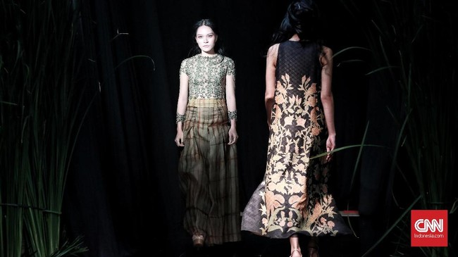 "Peragaan busana Yanny Tan dengan tema ""Nature's Poetry"", mengusung desain Batik dan Tie-Dye di Hotel Dharmawangsa, Jakarta Selatan. Rabu, 21 November 2018. (CNN Indonesia/Andry Novelino)"