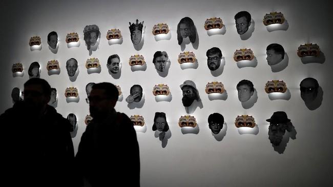 Artis Dan Mihaltianu menyebut karyanya ini sebagai 'Last Days of Michael Jackson in Bucharest', dibuat pada 1992-2013, menjadi salah satu yang menarik perhatian pengunjung Grand Palais, Paris, Prancis. (REUTERS/Benoit Tessier)