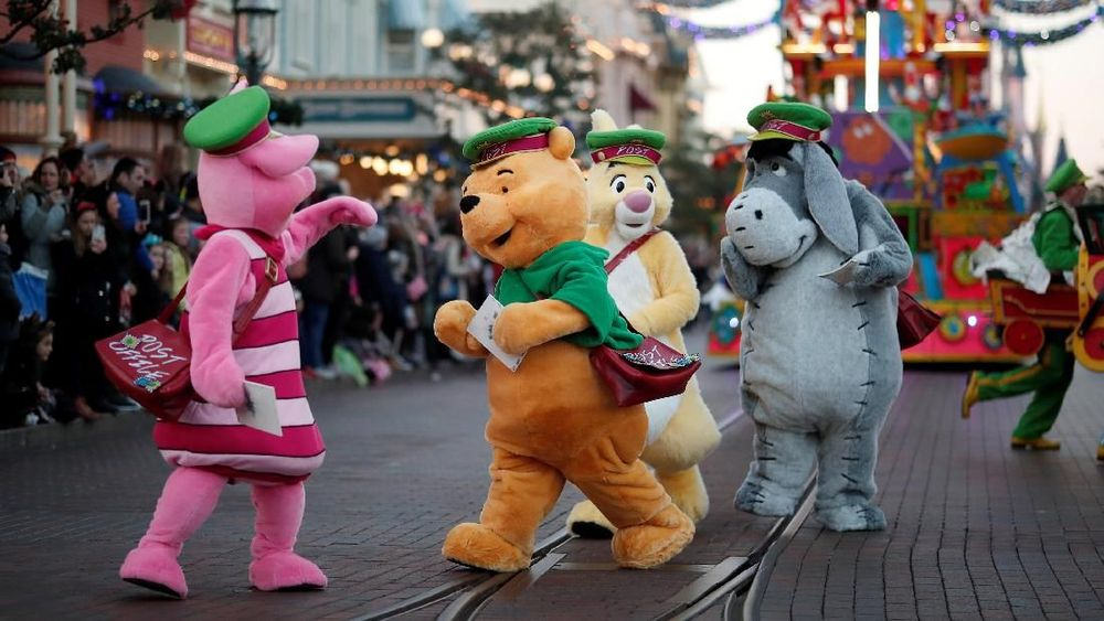 Parade Natal Disney, menampilkan koreografi yangunikdi sepanjang rute yang dilewatinya untuk menghibur para pengunjung. (REUTERS/Benoit Tessier)