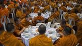 Sebuah survei pada tahun 2016 yang dilakukan oleh Chulalongkorn University, Bangkok, menemukan tingkat obesitas para biksu melonjak hingga 48 persen. Sebanyak 42 persen di antaranya menderita hipertensi. (Photo by Romeo GACAD/AFP)