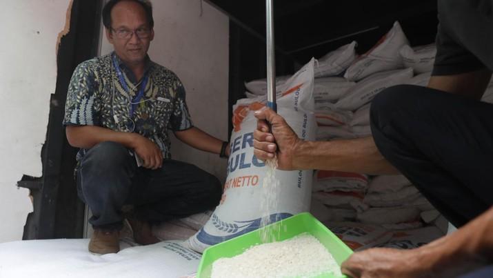 Bulog masih terus melakukan operasi pasar untuk mengamankan harga beras di pasar.