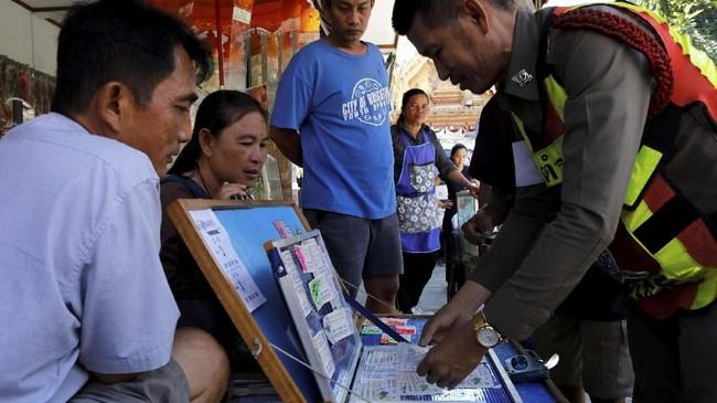 Bisnis lotre kini tengah naik daun di Thailand. Hal ini tampak pada sejumlah penjual tiket lotre yang hampir selalu ada di setiap sudut jalan. (REUTERS/Jorge Silva)