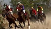 Pacuan kuda tradisional yang berada di Desa Kalimporo terbilang unik karena jokinya bukan hanya orang dewasa tapi juga diikuti joki anak-anak atau joki cilik.