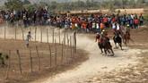 Joki beradu kecepatan saat mengikuti lomba pacuan kuda tradisional di Desa Kalimporo, Jeneponto, Sulawesi Selatan. ANTARA FOTO/Abriawan Abhe