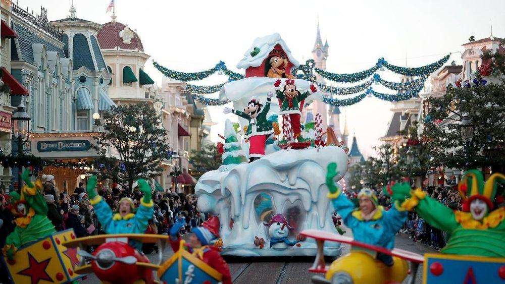 Penonton menyaksikan pawai yang merupakanbagian dari perayaan Natal Disneyland Paris, di Marne-la-Vallee, Paris, Perancis. (REUTERS / Benoit Tessier)