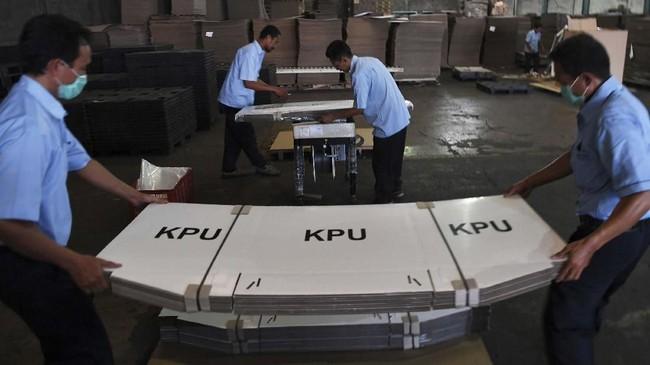 KPU sibuk mempersiapkan logistik pemilu. Semua logistik non-surat suara seperti sampul, segel, formulir, dan tinta ditargetkan rampung pada Desember 2018. (ANTARA FOTO/Zabur Karuru)