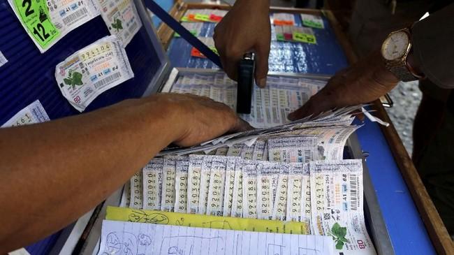 Bisnis lotre di Thailand bahkan berhasil menjadi salah satu penyumbang pendapatan negara terbesar dengan angka US$1,34 miliar pada tahun 2018. (REUTERS/Jorge Silva)