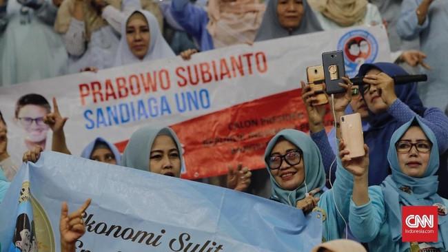Diperkirakan sekitar 3.000 relawan hadir dalam deklarasi relawan Prabowo-Sandi di Istora Senayan, danlebih separuh yang hadir merupakan 'emak-emak'. (CNN Indonesia/Adhi Wicaksono)