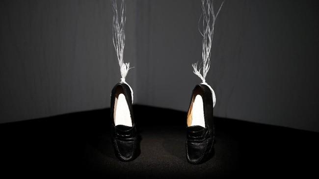 Pematung Appau Junior Boakye-Yiadom memilih sepatusebagai simbolisasi. Sepatu dan tarian moonwalk sesungguhnya selalu jadi bagian dari seorang Michael Jackson. (REUTERS/Benoit Tessier)