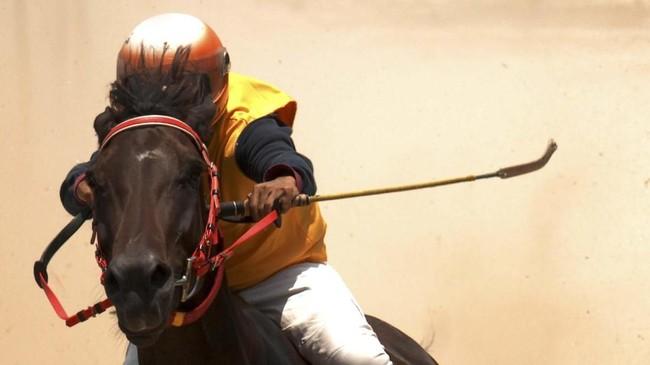 Meski dengan kondisi seperti itu mereka tetap memacu kudanya dengan sangat terampil.