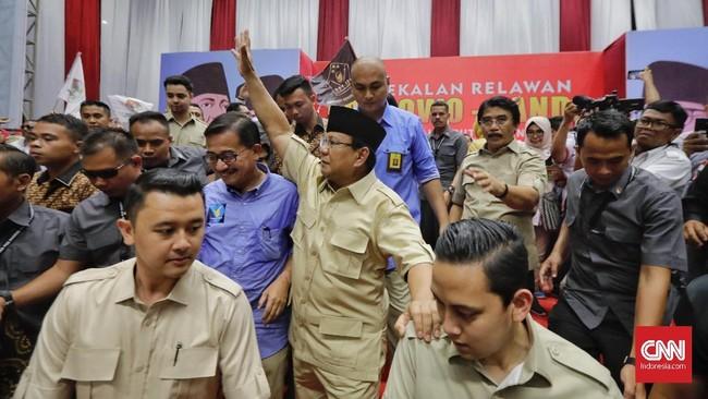Lagu berjudul Sontoloyo dan #2019GantiPresiden sempat dibawakan musisi Sang Alang saat calon presiden nomor urut 02 Prabowo Subianto tiba di acara deklarasi relawan di Istora Senayan, Jakarta. (CNN Indonesia/Adhi Wicaksono)
