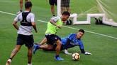 Carlos Tevez mencoba mengecoh rekan setimnya, kiper Boca Juniors Esteban Andrada pada sesi latihan. (REUTERS/Marcos Brindicci)