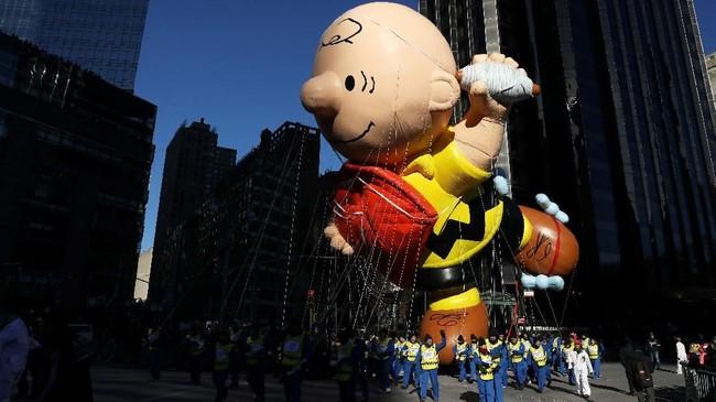 Balon karakter animasi Charlie Brown, majikan anjing lucu Snoppy, ikut mejeng. (REUTERS/Brendan McDermid)