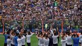 Para pemain Boca Juniors memberikan salam hormat kepada para suporter menyudahi latihan mereka pada Kamis (22/11).(REUTERS/Marcos Brindicci)